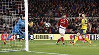 Brankář Arsenalu Petr Čech inkasuje gól, který ale pro ofsajd neplatil.