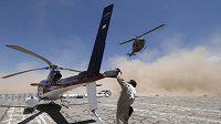 Záchranářská helikoptéra zasahuje při Rallye Dakar.