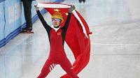 Čínská rychlobruslařka na krátké dráze Li Ťien-žou se raduje ze zlaté medaile na trati 500 metrů.