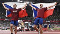 Zleva Vítězslav Veselý a Jakub Vadlejch z ČR se radují z bronzové a stříbrné medaile.