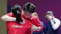 Zlatí medailisté ze soutěže smíšených týmů na OH v Tokiu. čínští střelci Pchang Wej a Ťiang Žan-sin.