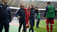 Lékařský štáb Bayernu Mnichov odvádí zraněného Franka Ribéryho do šatny.