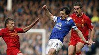Obránce Evertonu Leighton Baines (uprostřed) v ligovém derby s Liverpoolem.
