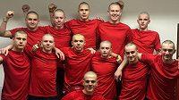 Hokejoví dorostenci Slavie se neváhali na podporu svého nemocného spoluhráče a kamaráda ostříhat dohola.