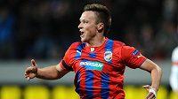 Útočník Viktorie Plzeň Stanislav Tecl oslavuje svůj gól.