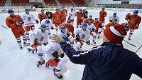 Hokejisté naslouchají pokynům asistenta trenéra Ondřeje Weissmanna.