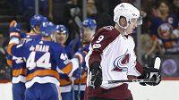 Matt Duchene ještě v dresu Colorada (9) během první třetiny duelu s New Yorkem Islanders, za pár minut už mířil do nového angažmá v Ottawě.