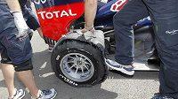 Poškozená pneumatika na pravém zadním kole Vettelovy formule během tréninku na Velkou cenu ve Spa.