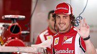 Fernando Alonso zdraví fanoušky Ferrari na okruhu v Barceloně. Španělský pilot po pěti sezónách italský tým opustí.
