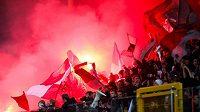 Fanoušci Standardu Lutych v zápase proti Charleroi.