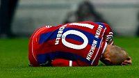 Zraněný Arjen Robben z Bayernu na trávníku v ligovém utkání s Borussií Mönchengladbach.