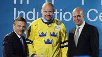 Švédský útočník Mats Sundin (uprostřed) byl uveden do Síně slávy Mezinárodní hokejové federace (IIHF). Ocenění mu předal prezident IIHF René Fasel (vlevo) a švédský premiér Fredrik Reinfeldt (vpravo).