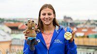 Plavkyně Barbora Seemanová pózuje v Praze se zlatou medailí z ME 2021 v Budapešti.