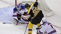 Jaromír Jágr z Bostonu míří vstříc newyorskému brankáři Lundqvistovi v semifinále Východní konference NHL.
