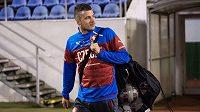 Daniel Pudil přináší míče na trénink české fotbalové reprezentace.