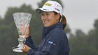 Japonka Nasa Hataokaová s trofejí za vítězství.