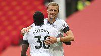 Fotbalista West Hamu Tomáš Souček gratuluje Michailu Antoniovi ke gólu proti Manchesteru United.