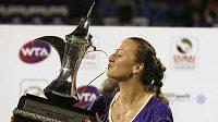Petra Kvitová líbá pohár po vítězství v Dubaji.