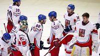 Zklamaní čeští hokejisté po porážce se Švýcarskem.