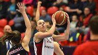 Basketbalistka Lenka Bartáková z Nymburku (vpravo) a Gabriela Andělová z Hradce Králové ve finále Českého poháru.