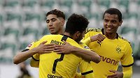 Fotbalisté Dortmundu Achraf Hakimi (vlevo) slaví s Jadonem Sanchem gól proti Wolfsburgu.