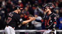 Baseballisté Clevelandu Cody Allen (vlevo) a Roberto Perez se radují z vítězství nad Chicagem.