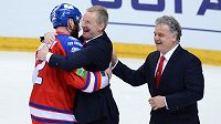 Kapitán Lva Praha Jiří Novotný (vlevo) a trenér Kari Jalonen (uprostřed) oslavují vítězství a postup do finále KHL.