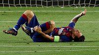 Messi skončil v bolestech na trávníku