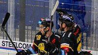 Litvínovští hokejisté Martin Hanzl a Lukáš Kašpar se radují z gólu.