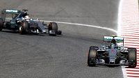 Oba jezdci stáje Mercedes. Vpředu Němec Nico Rosberg, za ním Brit Lewis Hamilton.