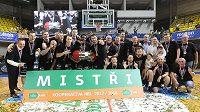 Basketbalisté Nymburka slaví po výhře nad Opavou titul.