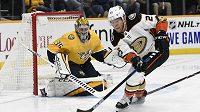 Český hokejista Anaheimu Ondřej Kaše v akci v utkání NHL proti Nashvillu.