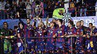 Barcelona oslavuje triumf v Lize mistrů. Trofej drží nad hlavou střelec třetího finálového gólu Neymar.