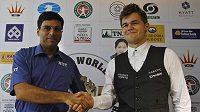 Šachisté Ind Višvánáthán Ánand (vlevo) a Nor Magnus Carlsen před vzájemným duelem o titul mistra světa.