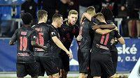 Fotbalisté Slavie se radují z gólu.
