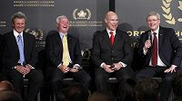 Zleva Paul Henderson, Dave King, Mark Messier a kanadský premiér Stephen Harper.
