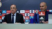 Prezident Realu Madrid Florentino Pérez a Zinedine Zidane na tiskové konferenci.