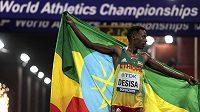 Lelisa Desisa z Etiopie slaví vítězství v maratonu v Dauhá.