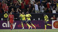 Eddie Nketiah (třetí zleva) slaví svůj gól do sítě Bayernu Mnichov