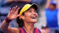 Emma Raducanuová se raduje z postupu do čtvrtfinále US Open