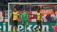 Zklamaní a frustrovaní hráči Arsenalu po čtvrtém gólu.