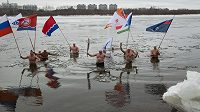 Olympijské pochodně se v uplynulém týdnu ujali také otužilci, kteří s ní plavali v řece Amur.