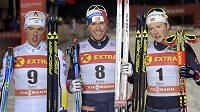 Tři nejlepší ze sprintu klasického lyžování ve finském Kuusamu. Zleva Švéd Calle Halfvarsson, uprostřed vítězný Nor Paal Golberg a vpravo jeho reprezentační kolega Johannes Hoesflot Klaebo - archivní snímek