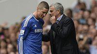 Kouč José Mourinho promlouvá k Fernandu Torresovi poté, co byl vyloučen v sobotním derby s Tottenhamem.