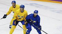 Daniel Sedin (vpravo) a Patrik Berglund na tréninku švédské hokejové reprezentace.