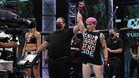 Alana McLaughlinová (vpravo) zvítězila ve svém debutu v MMA