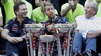V týmu Red Bullu je dobrá nálada. Mistr světa Sebastian Vettel z Německa (uprostřed) baví poradce Helmuta Marka (vpravo) a majitele Christiana Hornera.