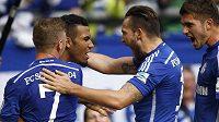 Fotbalisté Schalke se radují z branky, kterou vstřelili Borussii Dortmund.