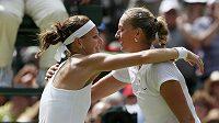 České tenistky Lucie Šafářová a Petra Kvitová (vpravo) po semifinálovém utkání ve Wimbledonu.