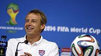 Kouč Spojených států Jürgen Klinsmann na tiskové konferenci před utkáním s Německem.